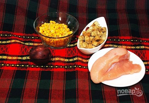 2. Подготовьте остальные ингредиенты. Грудку вымойте, обсушите, посолите и поперчите по вкусу. Выложите на сковороду с небольшим количеством растительного масла и обжарьте до готовности.