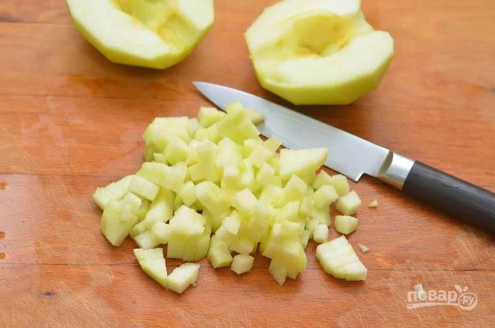 8.Очищенные яблоки нарезаю мелким кубиком (можно их не использовать, но мне нравится играть на вкусе).