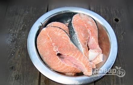 Сёмгу промойте, а потом натрите солью, приправами и перцем. Оставьте рыбу мариноваться на час.
