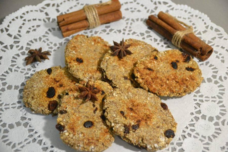 Вкусное и полезное овсяное печенье готово, сначала его вкус может быть несколько непривычным, но потом захочется еще и еще. Очень полезно его есть на завтрак, брать с собой на перекус, давать ребенку с собой в школу.