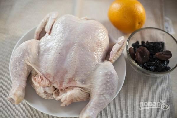 1. Курицу вымойте, обсушите, натрите солью и специями по вкусу. Сухофрукты промойте и залейте кипятком на несколько минут, а после обсушите. Рис отварите в подсоленной воде до полуготовности.