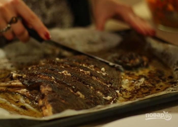 6. Для получения румяной корочки за 5 минут до готовности рыбки ее нужно развернуть. Тогда поверхность и станет с хрустящей корочкой.