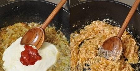 5. Добавляем к нашему луку муку и томатную пасту.