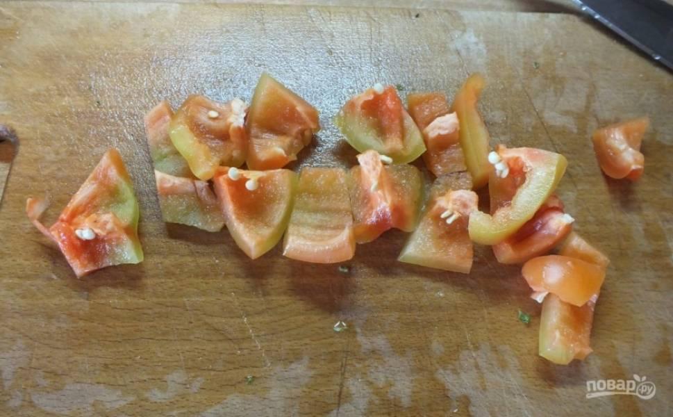 2.Болгарский перец мою и разрезаю на 2 части, очищаю от семян и нарезаю кубиком среднего размера.