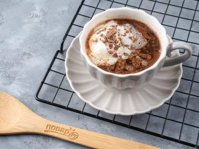 Сверху положите слегка подтаявшее мороженое и посыпьте оставшимся шоколадом!