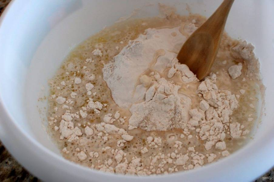 1.Смешайте муку, 1 чайную ложку сахара, 0,5 чайных ложки соли, дрожжи, 1,5 чайных ложки оливкового масла, теплую воду.