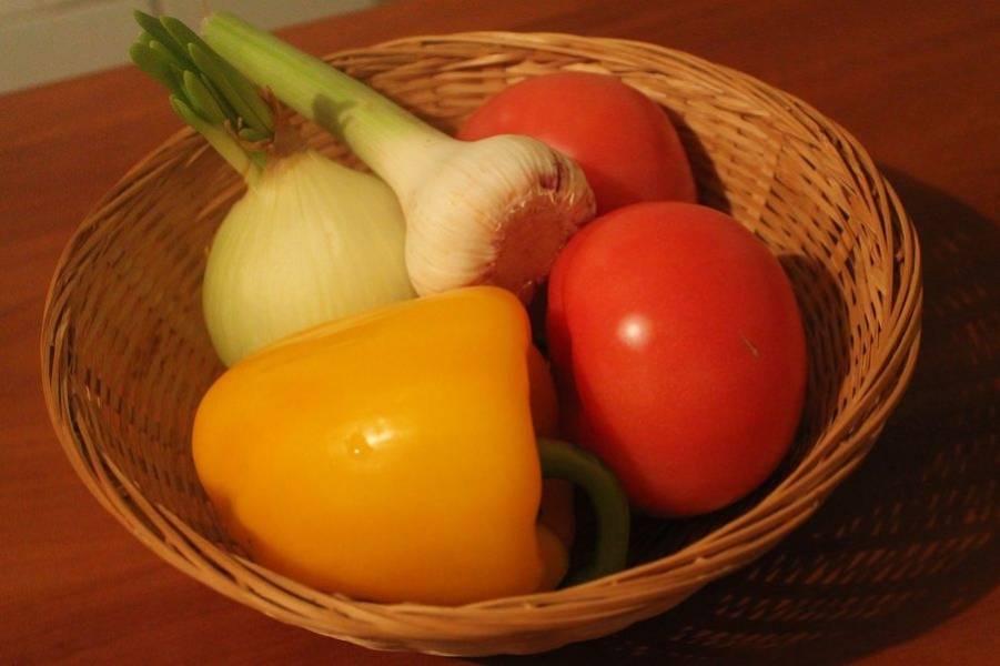 Моем овощи. Нарезаем лук, чеснок и перец кубиками примерно около 1 см толщиной, выкладываем в смазанную маслом кастрюлю с толстым дном и тушим 8 минут.