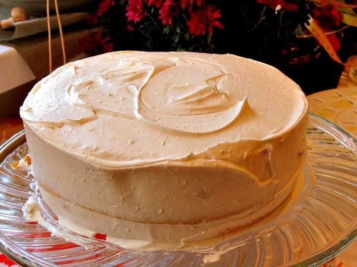 Готовый бисквит нужно разрезать по горизонтали пополам. Полученные коржи следует основательно пропитать сиропом, затем смазать 1/2 частью крема и уложить друг на друга. Оставшимся кремом нужно смазать боковую поверхность. Поставьте бисквит на холод.
