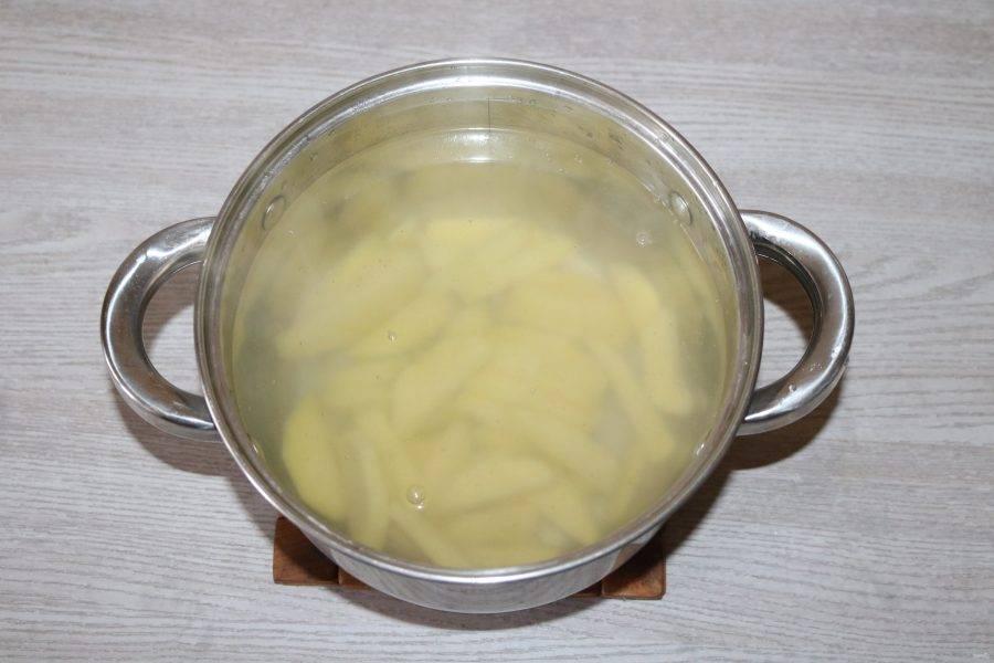 Влейте в кастрюлю воду, доведите до кипения, слегка посолите, добавьте картофель.