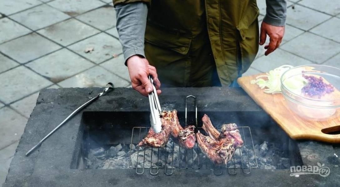 Достаньте замаринованное мясо из холодильника, обсушите его бумажными полотенцами. Натрите мясо подготовленными специями, выложите его на решетку на гриль. Затем обжаривайте ребра с обеих сторон по десять минут.