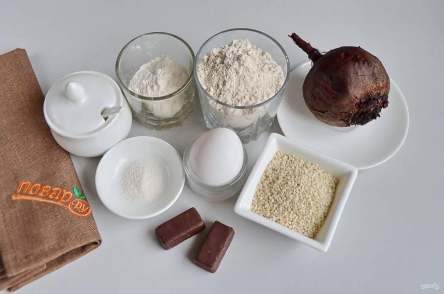 Подготовьте продукты, вареную свеклу очистите от кожуры. Конфеты выбирайте на свой вкус, любые шоколадные подойдут.