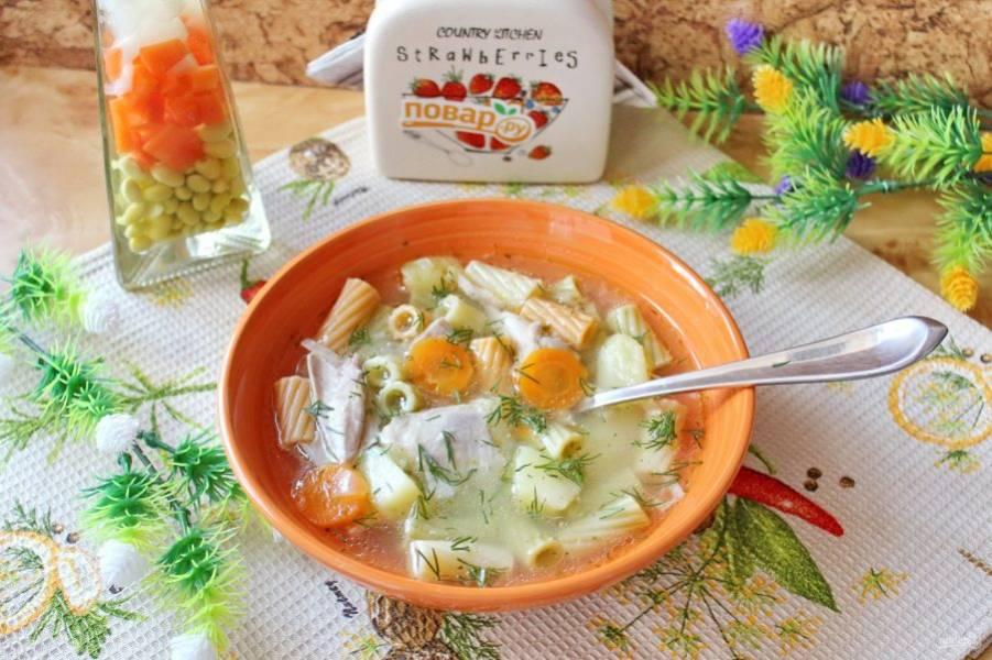 Суп с консервированной курицей готов. Подавайте на обед.