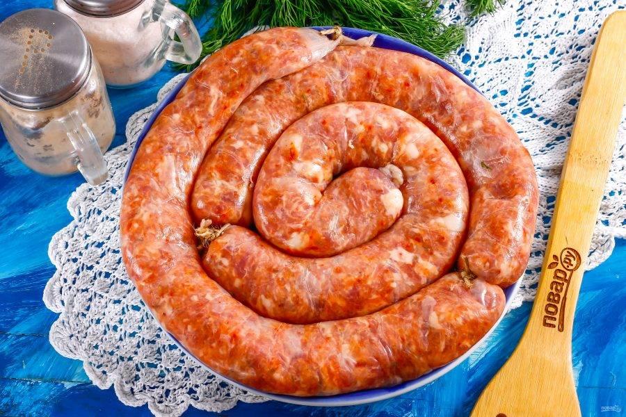 Спустя указанное время колбаса готова к приготовлению. Прогрейте ее при комнатной температуре и готовьте любым выбранным образом: коптите, вяльте, обжаривайте, жарьте на гриле, запекайте и т.д.
