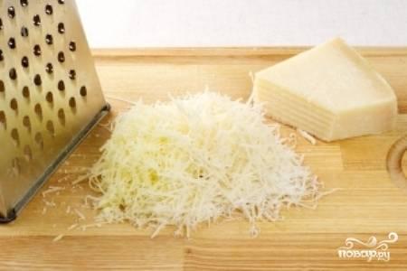 Натрите сыр Пармезан на мелкой терке.