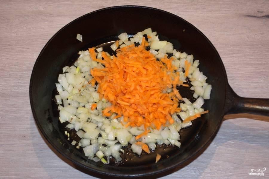 6. Добавьте к нему натертую морковь. Пассеруйте все вместе до мягкости моркови.