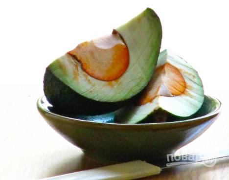 Из авокадо достанем косточку и порубим мякоть плода мелким кубиком.