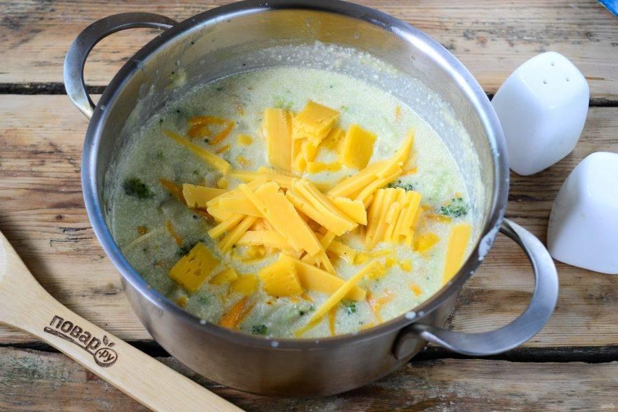 Твердый сыр натрите на крупной терке, добавьте в суп и перемешайте. Как только сыр расплавится и сделает суп густым и однородным, снимайте кастрюлю с огня.
