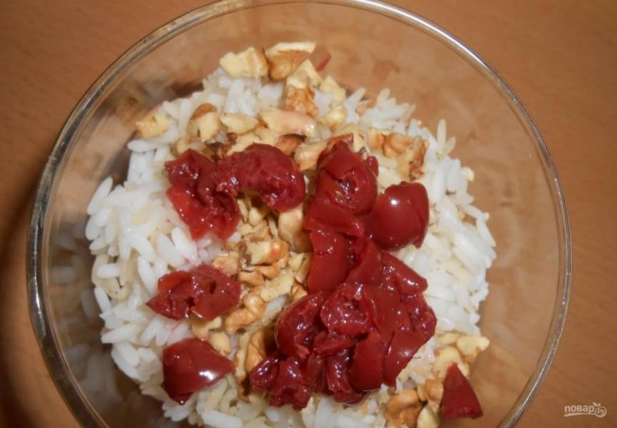 7.Перекладываю вишни к рису с орехами.