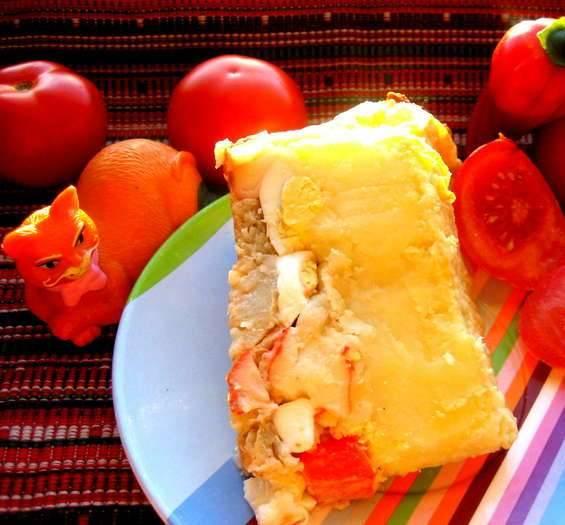 10. После запекания нарезаем порционно и подаем к столу. Можно украсить блюдо зеленью и разнообразить свежими овощами.