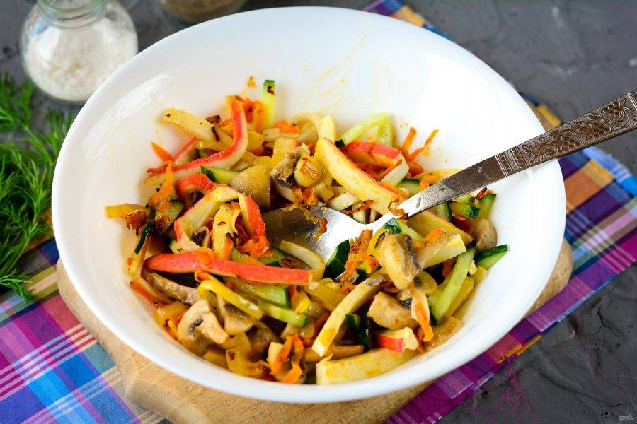 Салат перемешайте и добавьте специи: соль и перец. Масла больше на доливайте, ведь ингредиенты обжаривались вместе с ним. Заправлять чем-то дополнительно не нужно.
