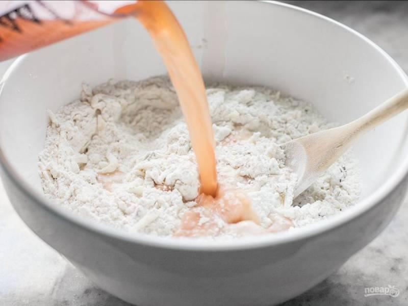 2.В воде размешайте томатную пасту, влейте полученную воду в мучную смесь.