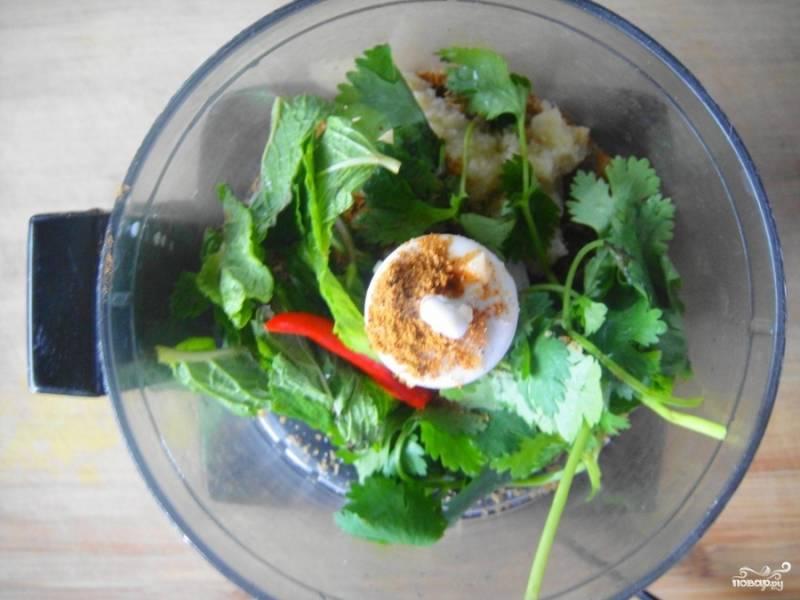 Измельчите в блендере имбирь, листья мяты и кинзы и перец чили, добавьте давленный чеснок и хорошо перемешайте всё.