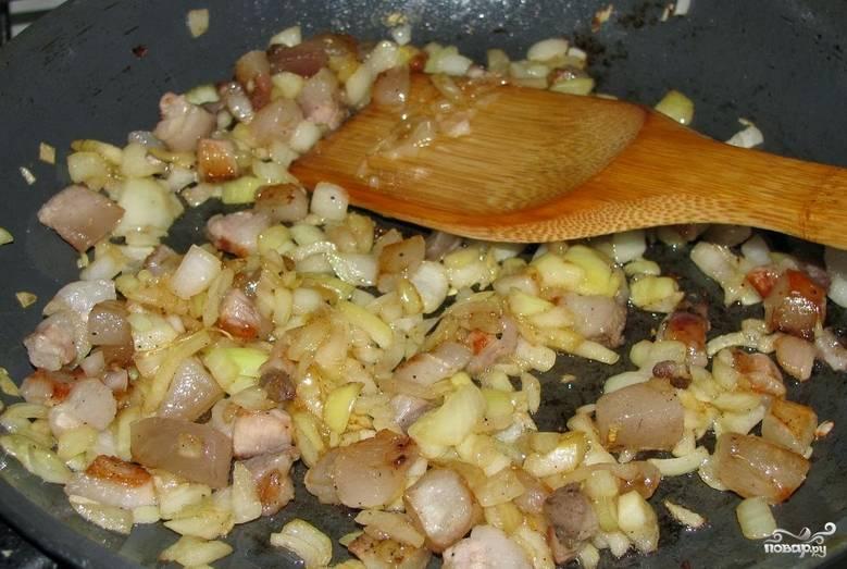 Измельчаем репчатый лук. Мелко режем сало. Обжариваем его с луком на растительном масле до золотистого цвета.