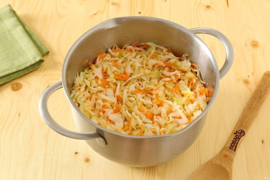 Соедините капусту, морковь, соль и сахар. Помните все руками, чтобы капуста пустила сок.