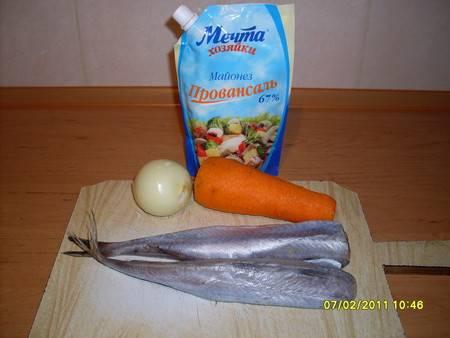 1. Очень простой рецепт - тушеная рыба в майонезе в домашних условиях. Нам понадобиться всего две тушки хека или минтая, морковь. лук и майонез. Приправы можете использовать по желанию и по вкусу.