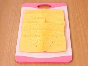 Сыр режем пластинками.