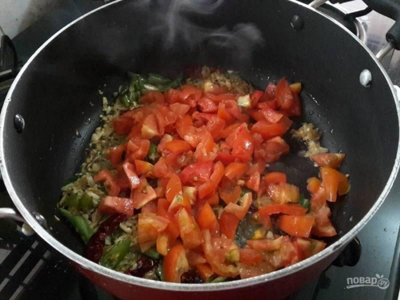 4. Добавьте в сковороду измельченные помидоры и кардамон. Тушите овощную смесь в течение 5 минут.