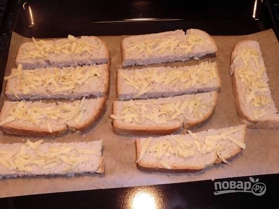 Будет вкусно, если вы подадите к этому супу сырные сухарики. А приготовить их очень легко. Нарезаем хлеб на тонкие ломтики, посыпаем сыром и выкладываем на противень.