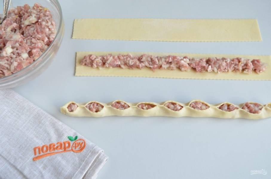 Периодически защипывайте тесто, как на фото. С двух сторон обязательно плотно защипните край, чтобы сок сохранить внутри розочки.