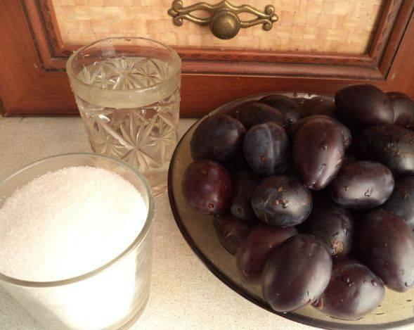 1. Сливовое варенье можно приготовить средней густоты, а можно в виде джема (тогда его можно использовать в качестве начинки для разнообразной выпечки).