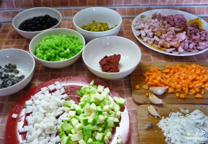 Все ингредиенты (кроме каперсов и оливок) помойте и нарежьте мелкими кубиками.