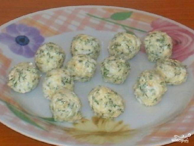 Для начинки смешайте отварные яйца с измельчённым чесноком, сыром, маслом и небольшим количеством укропа. Сформируйте небольшие шарики. Оставьте их на 30 минут в холодильнике.