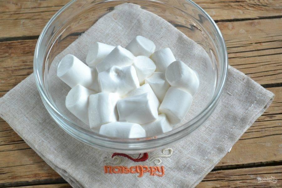 2. Маршмеллоу сложите в стеклянную миску, добавьте лимонный сок и воду. Поставьте в микроволновку на 30 секунд.