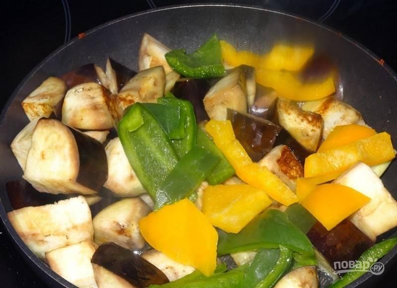В сковороду добавьте перец. Перемешайте овощи. Жарьте ещё 5 минут.