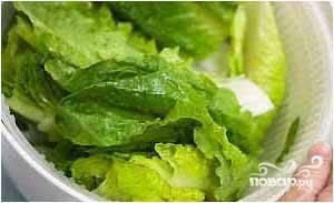 Листья салата вымыть, выложить в салатник