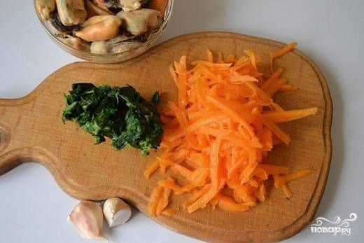 4. Натрите на терке тыкву (можно взять морковь) и измельчите шпинат. Замороженный нужно как следует отжать.