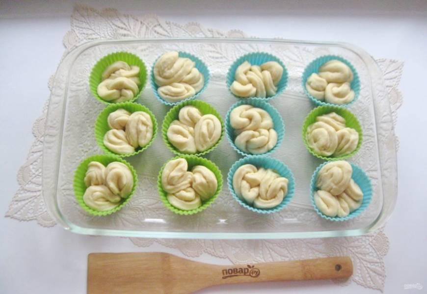 Заполните все формочки и поставьте в форму для выпечки.