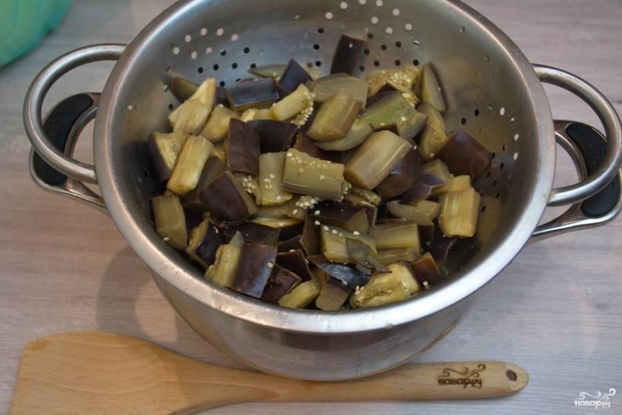 Откиньте баклажаны на сито, дайте им 10 минут постоять. Вся лишняя жидкость стечет.