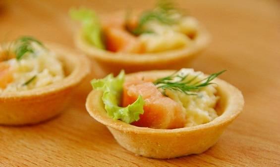 5. Сверху выкладываем нарезанную рыбу. Я использую слабосоленую семгу или копченую горбушу. Оба варианта очень хороши. Подаем тарталетки на красивом блюде.