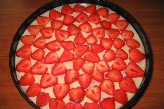 4. Оставим в холодильнике до полного остывания, после чего, при желании, можно торт декорировать кусочками клубники, шоколадом или желе. Удачи!