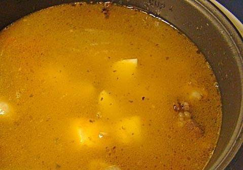 3. Затем заливаем все водой (3 литра примерно), картофель и специи по вкусу.