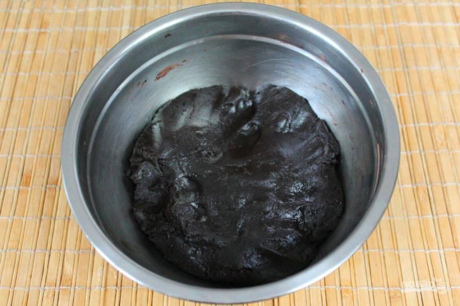 Замешиваем тесто, если нужно подсыпаем муку. Мягкое тесто накрываем и отправляем в холод на 30 минут.
