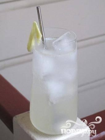 5.Вылейте содержимое шейкера в бокал, оставшееся пространство долейте крем-содой и сазу же подавайте свой шедевр гостям.