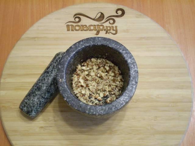 Очищаем орехи от скорлупы, измельчаем их.