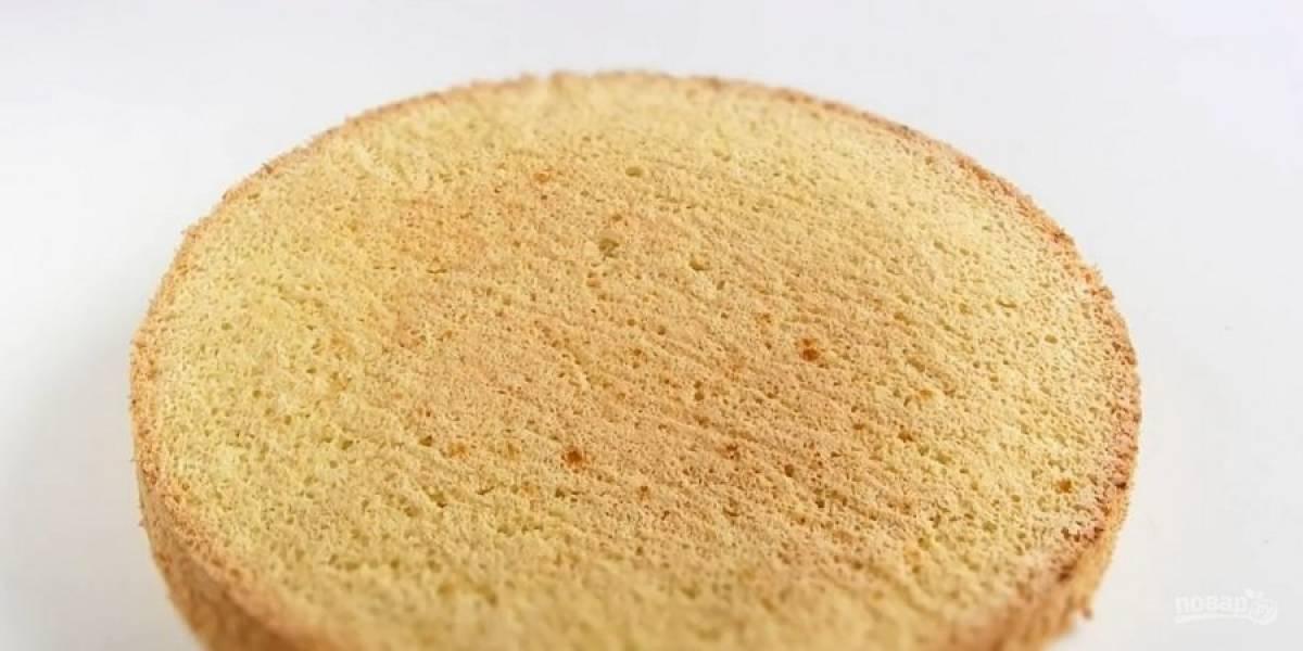 3. Выпекайте в разогретой до 180 градусов духовке 25-30 минут. Выдержите бисквит при комнатной температуре в течение суток, накрыв его полотенцем. Разрежьте бисквит на два коржа.
