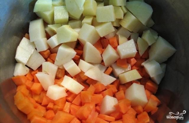 Тем временем займемся овощами. Чистим картофель, лук и морковь. Картофель режем кубиками, одну морковь нарезаем полукольцами или кубиками и добавляем в суп за пол часа до готовности фасоли и мяса. В это же время добавляем целый стебель сельдерея.